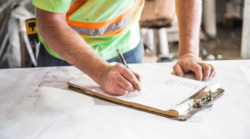 Ouvrier de chantier signant une fiche
